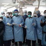 Dr Azmee didampingi oleh Team dokter IJN lainnya saat melakukan Operasi menggunakan Teknologi Baru untuk Menutup katup Jantung Bocor terhadap pasient pertama.